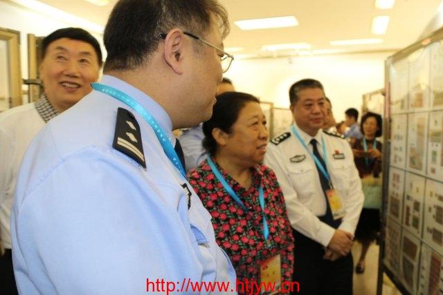 全国公安文联副主席王亚茹参观邮展
